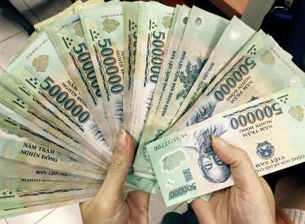 Vuốt nhẹ tiền để nhận biết tiền thật và giả
